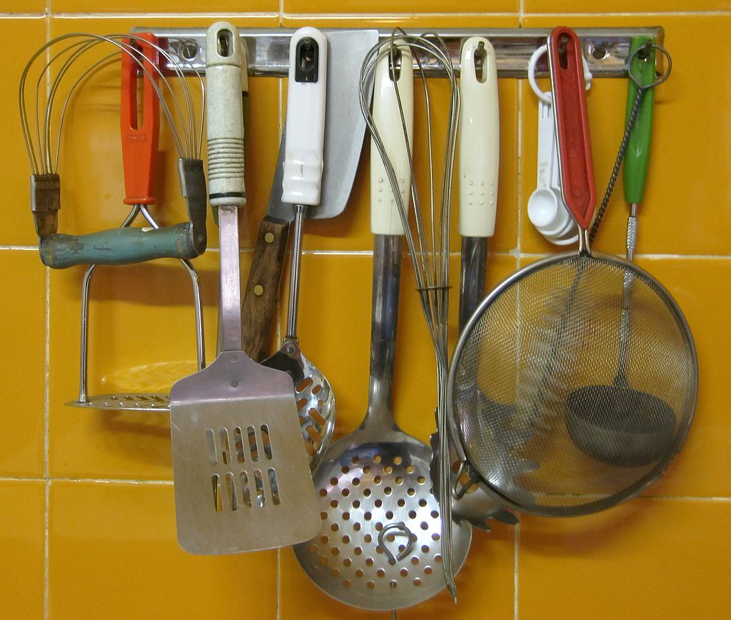 By Jeppestown (Utensils (Flickr)) [CC BY-SA 2.0 (http://creativecommons.org/licenses/by-sa/2.0)], via Wikimedia Commons
